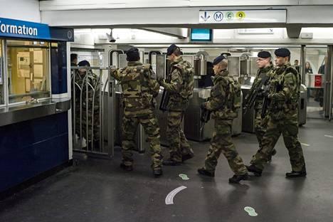 Sotilaat ja poliisit valvovat näkyvästi eri kohteita Pariisissa.