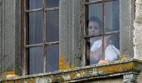 Katie Holmes kurkki linnan ikkunoista ennen tilaisuuden alkamista.
