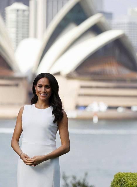 Meghan on sulattanut sekä kansan että kuninkaallisen perheen sydämet. Kuva herttuattaren ensimmäiseltä viralliselta ulkomaankiertueelta lokakuulta. Taustalla Sydneyn kuuluisa oopperatalo.
