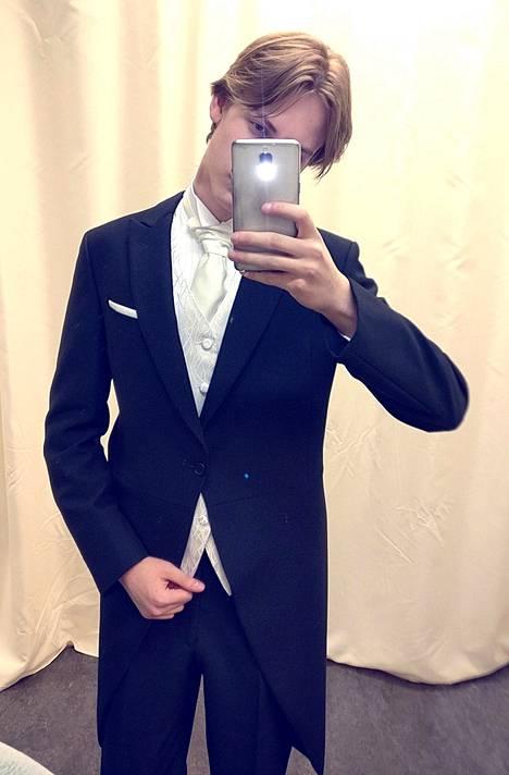 Joona Kähkönen puki mustan pitkän saketin ja samppanjan värisen liivin.