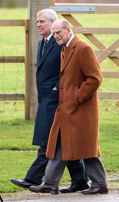 Brittilehtien mukaan prinssi Andrew matkusti Sandringhamiin puhumaan skandaalista isänsä prinssi Philipin (kuvassa) ja isoveljensä Walesin prinssi Charlesin kanssa.
