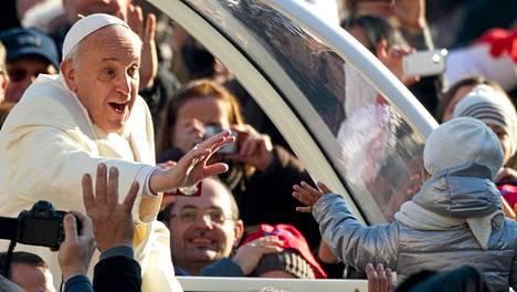 Paavi vilkutti lapselle viikottaisessa kansalaisten tapaamisessaan keskiviikkona.