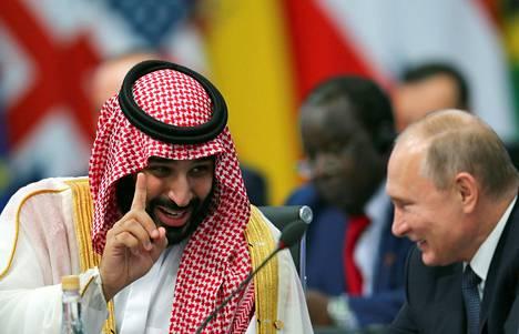 Kruununprinssi ja presidenttin naureskelivat keskenään.