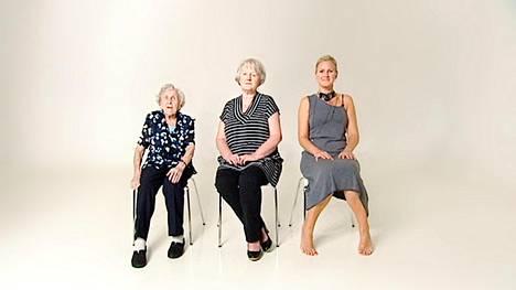 Camilla Naess tutkii omaa naisenrooliaan ja peilaa sitä isoäitinsä ja äitinsä elämänvaiheisiin.