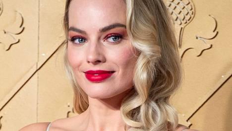 Hollywood-näyttelijä Margot Robbie viihtyy monien muiden kansainvälisten tähtien tapaan lumivalkoisten hankien keskellä.