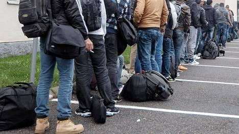 Suomeen on tullut vuoden aikana yli 30 000 turvapaikanhakijaa. Kuvassa turvapaikanhakijoita saapuu Tornion järjestelykeskukseen syyskuussa.