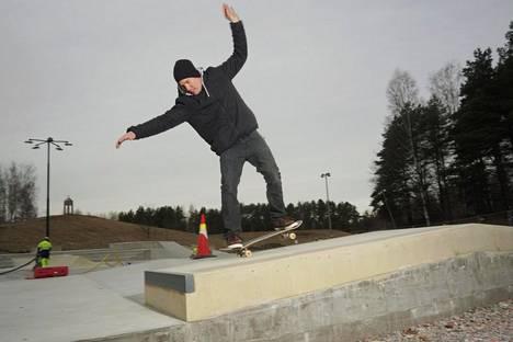 Janne Saario testasi Kontulan uutta skeittiparkkia.