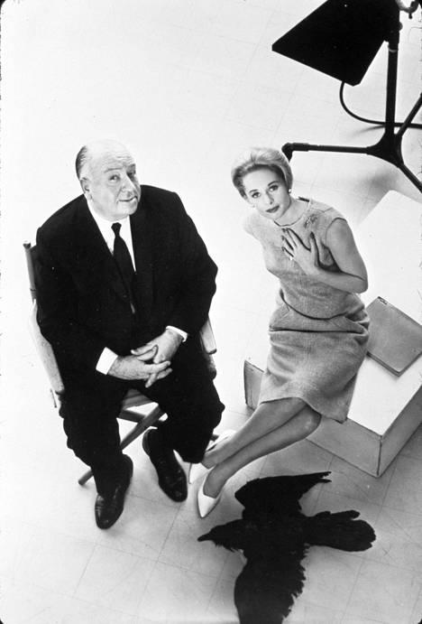 Hitchcock, Tippi Hedren ja yksi Linnut-elokuvan mustista linnuista.