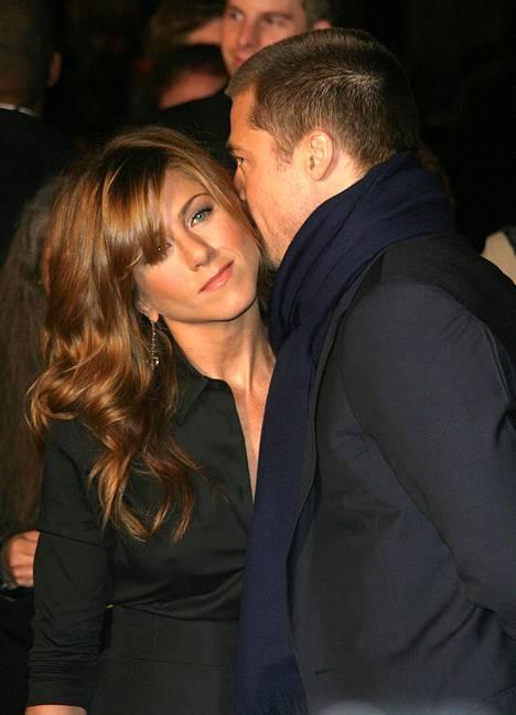 Vuonna 2004 Anistonin tähdittämän Polly tuli kuvioihin -elokuvan ensi-illassa. Tuolloin parin avioliiton huhuttiin rakoilevan.