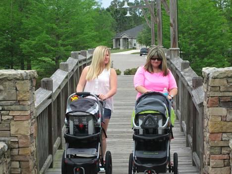Äidit ja tyttäret raskaana (Frii klo 16.25) seuraa, millaisia ongelmia syntyy, kun äiti ja tytär tulevat raskaaksi samoihin aikoihin.