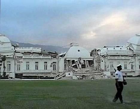 Presidentin virkatalo Port-au-Princessä tuhoutui pahoin.