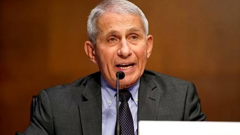 Yhdysvaltain johtava koronavirusasiantuntija Anthony Fauci iloitsee uudesta maskisuosituksesta.