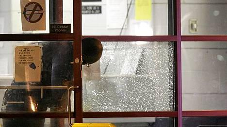 Poliisit kävivät läpi ampujan aiheuttamia vahinkoja detroitilaisella poliisiasemalla Yhdysvalloissa.