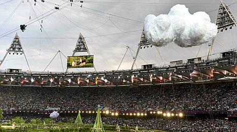 Stadion yllä oli tummia pilviä.