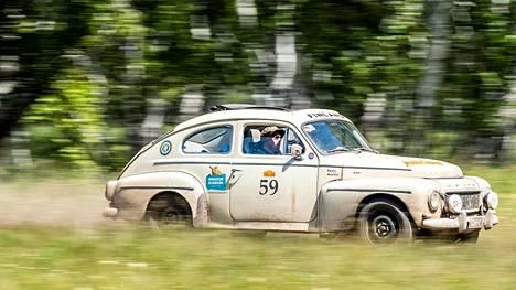Suomalaiskaksikko ajaa Volvollaan kisan D-luokassa.