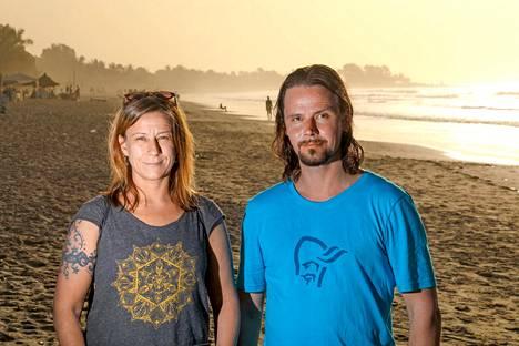 Ilta-Sanomien toimittaja Anna Nuutinen ja kuvaaja Seppo Kärki matkustivat Gambiaan katsomaan, millaista meno rannoilla oikeasti on.