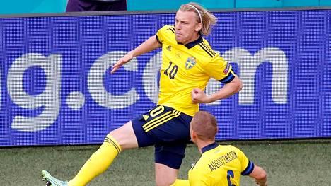 Emil Forsberg teki Ruotsille kaksi maalia Puola-voitossa.