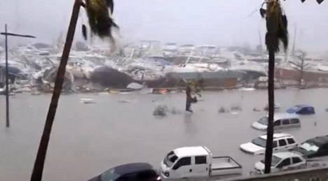 Myrskyn vaurioittamia veneitä ja autoja St. Martinin saarella.