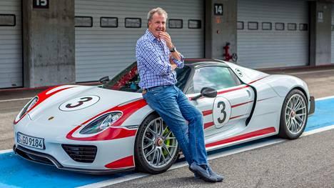 BBC:ltä kengänkuvan takalistoonsa saanut Jeremy Clarkson tähdittää nyt The Grand Touria.