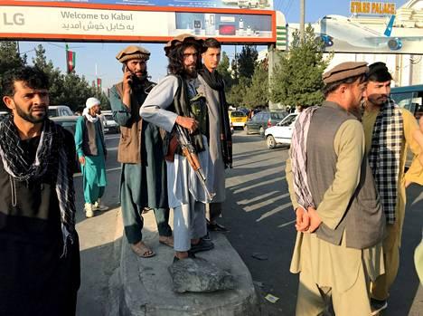 Ääriliike Talebanin jäseniä kuvattuna Kabulin lentoaseman ulkopuolella maanantaina.