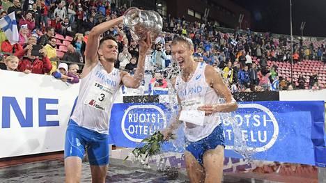 Tuomo Salonen (vasemmalla) ja Topi Raitanen Ruotsi-ottelussa Tampereen Ratinassa vuonna 2018.