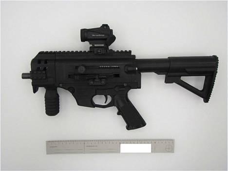 Kuvan ase on suurimmilta osin valmistettu 3D-tulostimen tulostamista osista. Poliisi takavarikoi aseen Jyväskylän seudulla United Brotherhood -jengin jäseneltä.