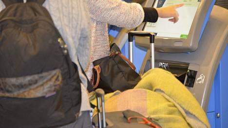 Kun varaudut matkaan oikein, odottaminen lentoasemalla sujuu helpommin.