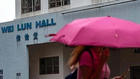 Opiskelija kulki Hong Kongin yliopiston kampusalueella keskiviikkona. Yliopiston professoria epäillään vaimonsa murhasta.