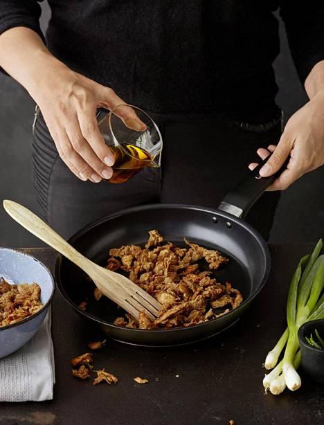 Nyhtökaura paistuu nopeasti rapsakaksi ja sitä voi sen jälkeen käyttää esimerkiksi ruokaisaan salaattiin tai keittoihin.
