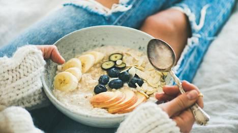 Säännöllisen syömisen teho perustuu siihen, että se ehkäisee sekä napostelua että iltaan painottuvaa liikasyömistä.