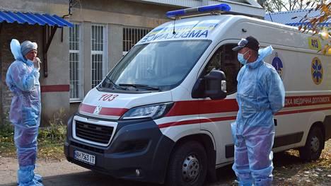 Monessa maassa koronatilanne on pahentunut selvästi kesästä. Ukrainassa ollaan koko pandemia-ajan ennätyslukemissa sekä päivittäisten tartuntojen että menehtyneiden osalta. Kuva on Kramatorskin sairaalan edustalta Ukrainasta.