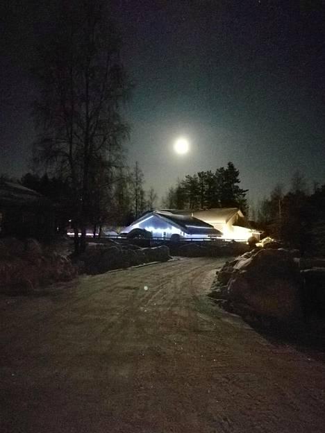–Oulussa tavallista suurempana näkynyt kuu valaisi hienosti tienoon. Pimennysvaihetta ei harmi kyllä saatu kuvaan, kirjoittaa Santtu Rehu.