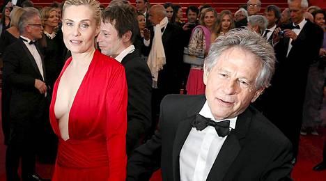 Roman Polanski vaimonsa Emmanuelle Seignerin kanssa.