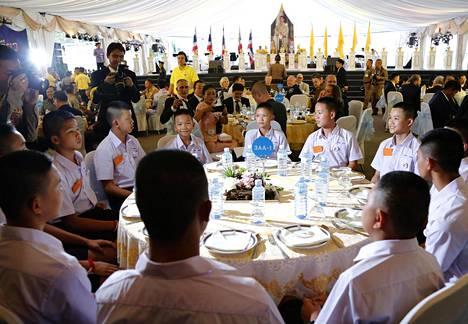 Tham Luangin luolasta pelastettu jalkapallojoukkue tapasi pelastajansa torstaina järjestetyillä juhlaillallisilla.