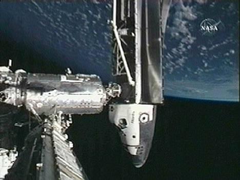 Avaruussukkula Atlantis telakoituneena avaruusasema ISS:ään.