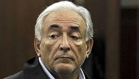 Viestinten mukaan siivoojan paidan kauluksessa oli Dominique Strauss-Kahnin siemennestettä.