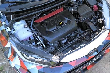 Moottorin kolmesylinterisyys on yhteistä perus-Yariksien kanssa. Tehoa ja vetäviä pyöriä on kuitenkin kaksinkertainen määrä.