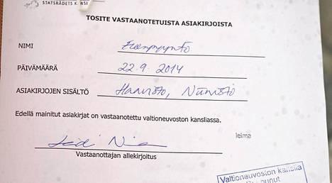 Valtioneuvoston kanslian kirjaamon kuittaus vihreiden ministerien Ville Niinistön ja Pekka Haaviston eronpyynnön vastaanottamisesta Helsingissä 22. syyskuuta 2014.