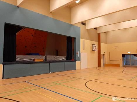 Vuonna 2012 suljetun koulun liikuntasali tyhjillään.