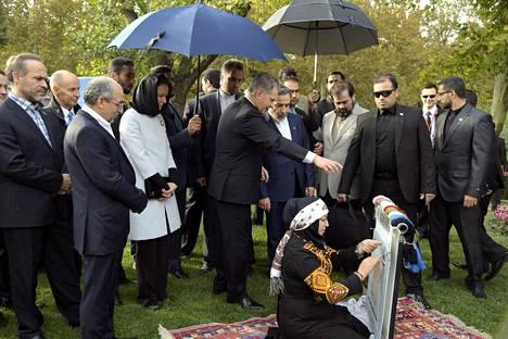 Presidentti Sauli Niinistö ja puoliso Jenni Haukio seurasivat matonkudontaa Mellat-puistossa tiistaina.