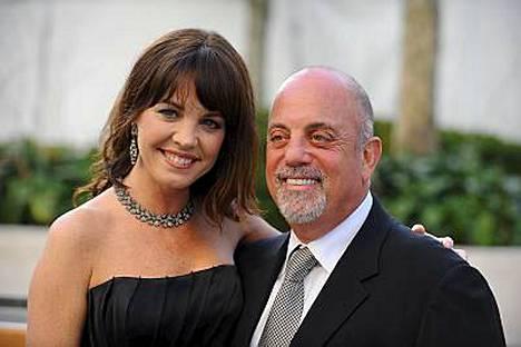 Piano Man-hitistä tunnettu Billy Joel käväisi oopperassa naisystävänsä Deborah Dampieren kanssa.