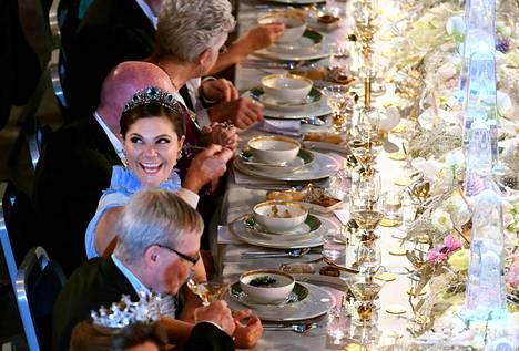 Kruununprinsessa Victoria on aina yksi Nobel-illan seuratuimmista hahmoista. Kuvassa prinsessa nauttii prameasta illallisesta vuonna 2017.