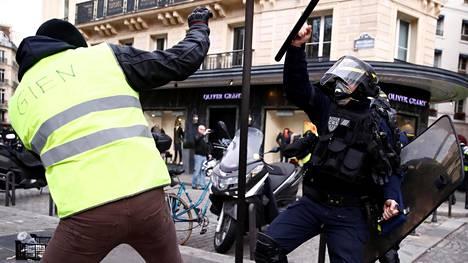Lauantaina Pariisissa oli huomattavasti vähemmän mielenosoittajia kuin aiempina viikkoina.