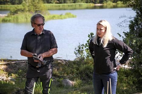 Asentaja-urakoitsija Roger Grönberg ja Vestellin myyntijohtaja Regina Kunnas ovat kaivetun kuopan äärellä. Näytteenottokaivon tarkasta paikasta on vielä pientä epäselvyyttä.