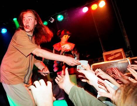 1996 nuorisojulkkis villitsee väkeä Radiomafian Härdelli-kiertueella Keravan Planet Fun Funissa kollegansa Jusu Lounelan kanssa.