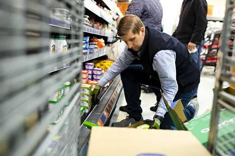 Kauppias Mikael Eklundilla pitää kiirettä pääsiäisen aikaan.