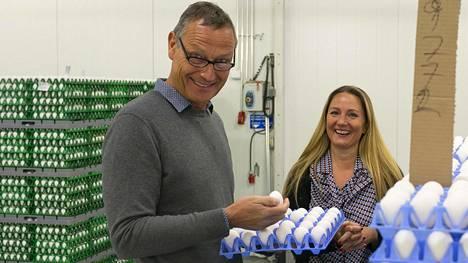 Laitilalaisen Munax Oy:n hihnoilla kulkee pääsiäisen aikaan kaksi miljoonaa munaa päivässä. Kuvassa toimitusjohtaja Janne Torikka ja viestintäpäällikkö Lisa Savola.