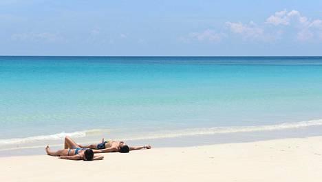 Monissa muslimimaissa bikinit ja muut uima-asut kuuluvat vain hotellien omille rannoille ja uima-altaille, mutta esimerkiksi Indonesian ja Malesian rannoilla on vapaampaa.