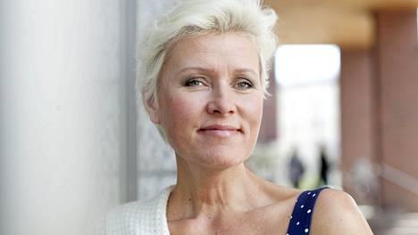 Näyttelijä-laulaja Hanna-Riikka Siitonen jatkaa sairauslomasta huolimatta Uuden päivän musiikkituottajana.