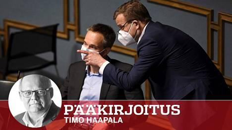 Kokoomuksen puheenjohtaja Petteri Orpo (oik.) ja eduskuntaryhmän puheenjohtaja Kai Mykkänen palaverissa eduskunnassa. Puolue aikoo äänestää tyhjää EU:n elpymispakettia koskevassa äänestyksessä.